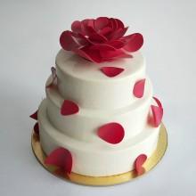 Торт свадебный с красными лепестками роз