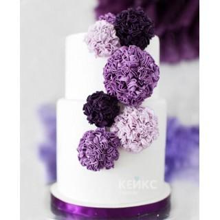 Торт белый с нежно фиолетовыми цветами на свадьбу