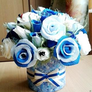 Б 93 Нежно-голубой букет из конфет в коробке