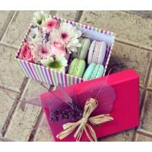 Коробка м макарунами и цветами