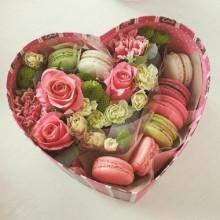 РМ 56 Коробка с цветами и макарунами