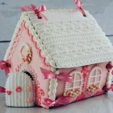 Розовый новогодний пряничный домик