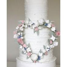 Свадебный торт белый с цветами в форме сердца