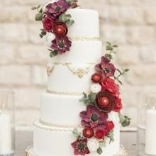 Свадебный торт в классическом стиле с цветами красными