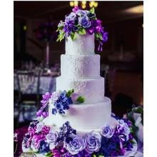 Роскошный свадебный торт с фиолетовыми и сиреневыми цветами