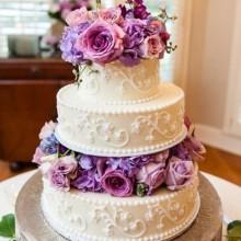 Роскошный свадебный торт с сиреневыми цветами