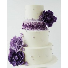 Свадебный торт белый с фиолетовыми цветами