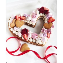 Торт в виде сердца с цветами и фруктами