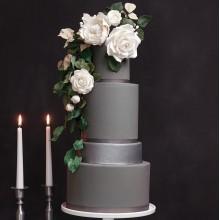 серый свадебный торт с цветами