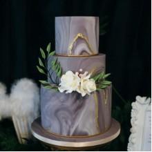Торт свадебный серый с белыми цветами
