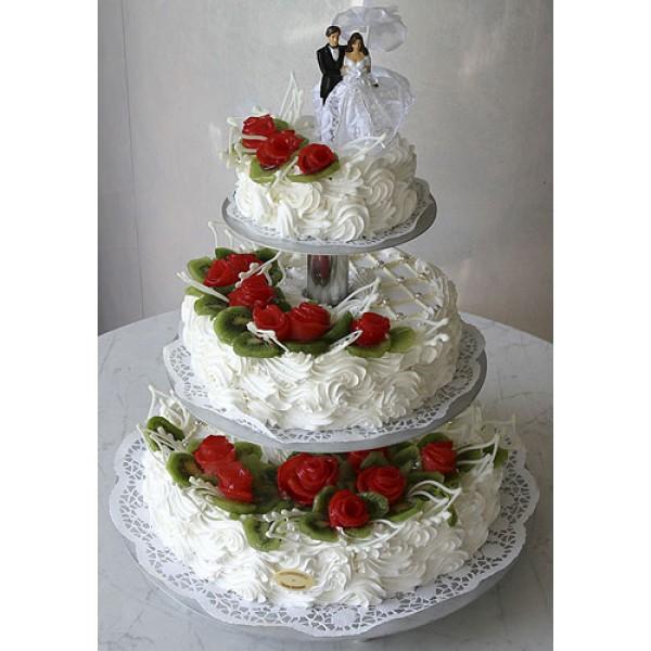 Трехъярусный свадебный торт без мастики