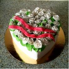 РМ 002 Торт в форме сердца с белыми розами