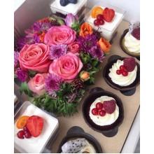 Коробка с цветами и маффинами