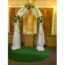 Арка, оформленная живыми цветами столик для выездной регистрации брака